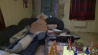In der Nacht auf Mittwoch kam es zu einem tödlichen Unfall. Ein Autofahrer kollidierte beim Kreisverkehr Dorfstrasse mit einem Kandelaber und einer Hauswand. Der Mann verstarb noch vor Ort. Unglaublich viel Glück hatte Fritz Sandmeier: Er schlief hinter der Wand auf dem Sofa, als ihm die Mauerstücke um die Ohren flogen – aber wie durch ein Wunder nicht trafen.