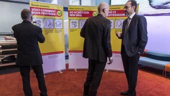 Pascal Strupler, Direktor des Bundesamts für Gesundheit, und Daniel Koch, Leiter Abteilung übertragbare Krankheiten im BAG, vor Kampagnensujets.