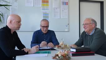 Ernesto Hitz, Franco Corsiglia und Rolf Stadler (von links) beraten über die nächsten Schritte der Schule Wohlen. Es gilt, den Stand zu halten.