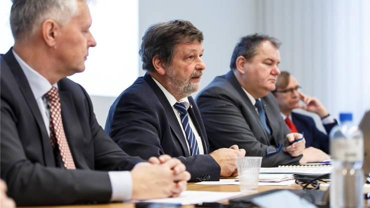 Roland Heim (2. v. l.) beim Vorstellen der Steuerstrategie des Regierungsrats.