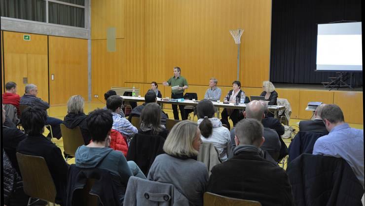 Gemeindepräsident Daniel Lederer (stehend) hatte keinen leichten Stand an der Info-Veranstaltung mit Vertretern des Kantons und des Evaluationsteams.