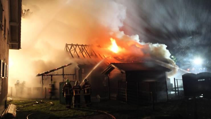 In der Nacht auf Montag brannte in Montlingen SG ein Einfamilienhaus nieder. Die Bewohner konnten sich noch rechtzeitig retten. (Kantonspolizei St. Gallen)