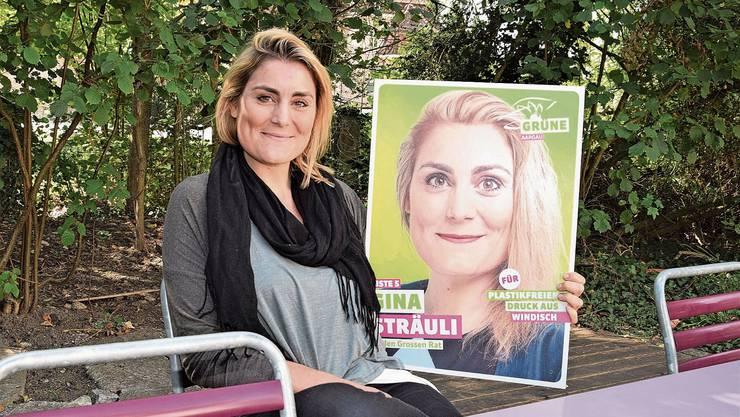 «Ich behaupte, ich bin die Einzige im Bezirk, die ein recycelbares Wahlplakat hat», sagt Gina Sträuli in ihrem Garten.