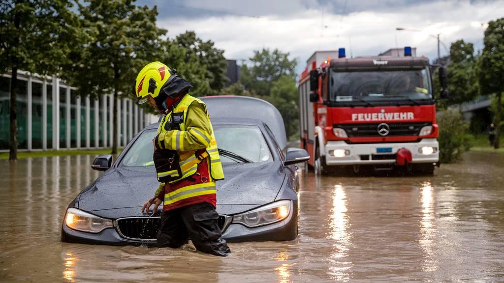 Strassen kniehoch unter Wasser +++ Keller in ganzen Häuserreihen geflutet