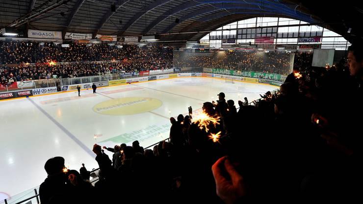 Die Zuschauer im ausverkauften Stadion Kleinholz in Olten schwenken vor dem Match Wunderkerzen für Ronny Keller.