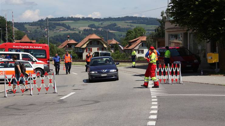 Die beiden Polizisten sollten am Dienstagmorgen in Schafhausen eine Wohnung zwangsräumen, wie die Kantonspolizei Bern mitteilte.