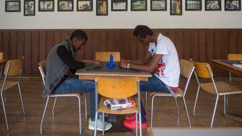 Asylbewerber müssen dank der beschleunigten Verfahren weniger lange warten: Die Behörden entscheiden rascher, ob jemand in der Schweiz bleiben darf oder nicht.