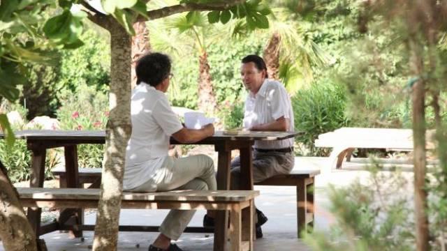 Schweizer Autor Martin Suter im Gespräch mit Marco Guetg (az/der Sonntag) auf seiner Finca auf Ibiza. Foto: Benjamin de Wolff