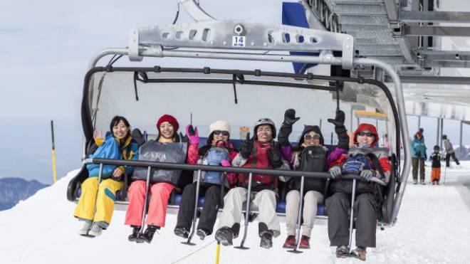 Eine chinesische Gruppe im März 2014 auf dem Weg zu einem Skikurs auf dem Titlis. Foto: Keystone