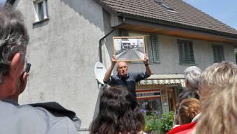 Paul Lüthy zeigt ein Foto, auf dem noch das Schlösschen zu sehen ist.