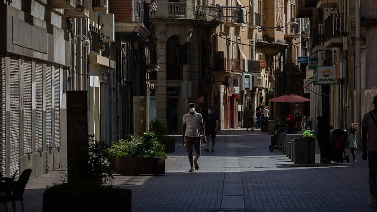 """ARCHIV - Ein Mann mit Mundschutz geht durch die Innenstadt von Lleida. (zu dpa """"Streit um Corona-Ausgehsperre in Katalonien spitzt sich zu"""") Foto: David Zorrakino/Europapress/dpa"""