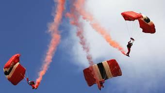 Red-Devil-Fallschirmspringer an einer Flugshow im britischen Farnborough - die Springer müssen mindestens drei Jahre Erfahrung haben; sie treten ihrer Webseite zufolge mehr als 60-mal im Jahr auf (Archiv)