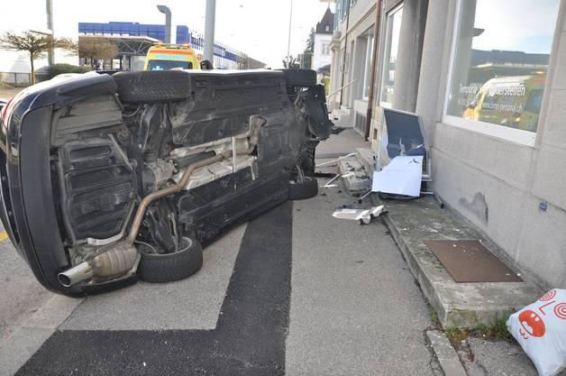 Von Unten: Der Fahrer dieses Autos verlor die Kontrolle über sein Fahrzeug und kam erst seitlich auf dem Bürgersteig zum Stehen.