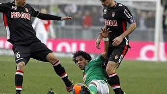 Saint-Etiennes Brandao verteidigt den Ball gegen zwei Monegassen