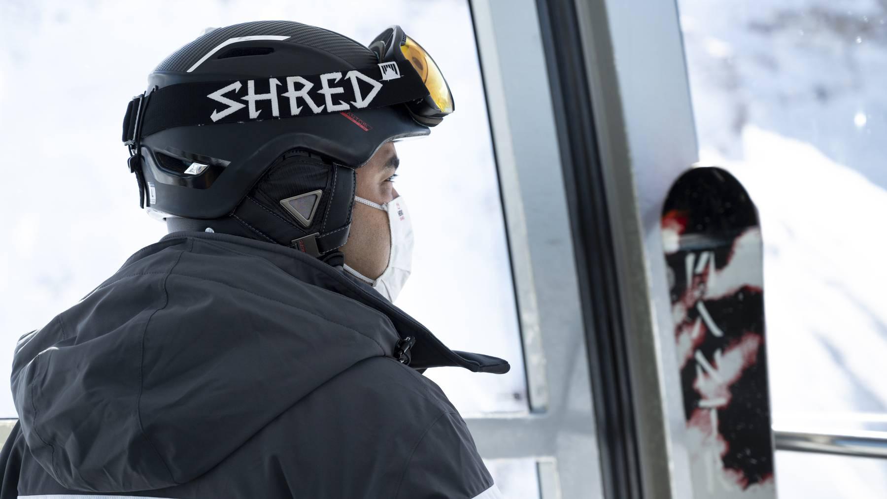 In einigen Skigebieten hat die Saison bereits begonnen. In Kabinen und Gondeln braucht es einen Mund-Nasen-Schutz.