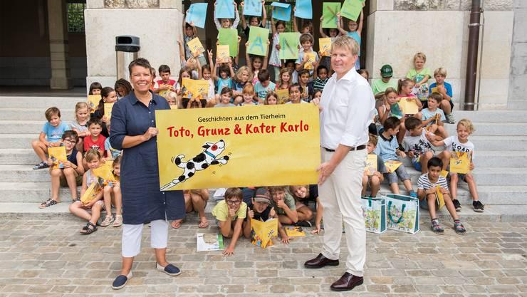 Corinne Kaiser, Lehrerin und Bernd Eigler, Inhaber Bottomblue mit den Kindern der 1. bis 3. Klasse.