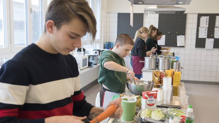 Aldian (links) bereitet den Salat für das Schüler-Menu zu.