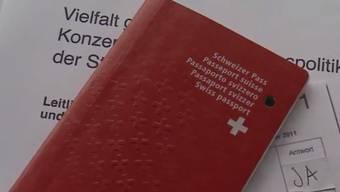 Der rote Pass soll nicht mehr nötig sein, um abzustimmen. Auf das Ergebnis hätten die Stimmen der Ausländer allerdings keinen Einfluss. (Symbolbild)