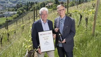 Freude über grossen Erfolg: Kellermeister Christian Voser (links) und az-Verleger Peter Wanner mit dem ausgezeichneten Bicker Pinot Noir Réserve du Patron 2014 im Rebberg in Würenlos.