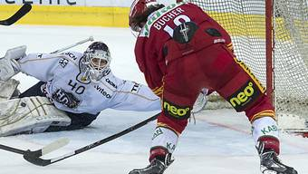 Langnaus Tobias Bucher gegen Chaux-Fonds-Goalie Damiano Ciaccio