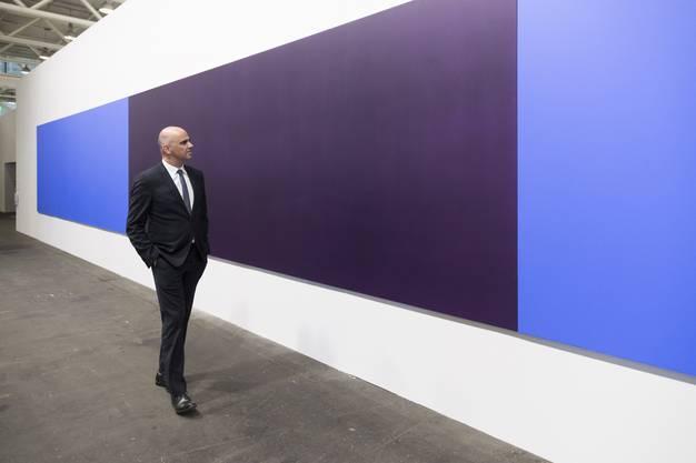 Bundesrat Alain Berset betrachtet das namenlose Werk des Schweizer Künstlers Olivier Mosset.