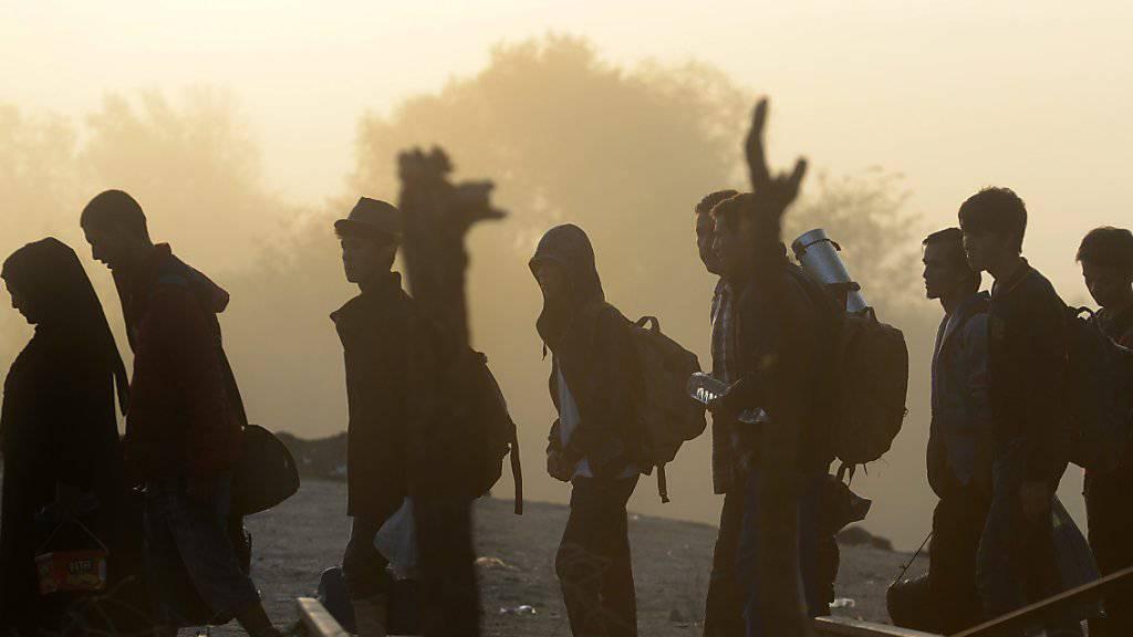 Flüchtlinge beim Grenzübertritt von Griechenland nach Mazedonien bei Gevgelija
