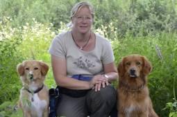 Sibylle Aschwanden mit ihren Hunden Chai und Nougat.