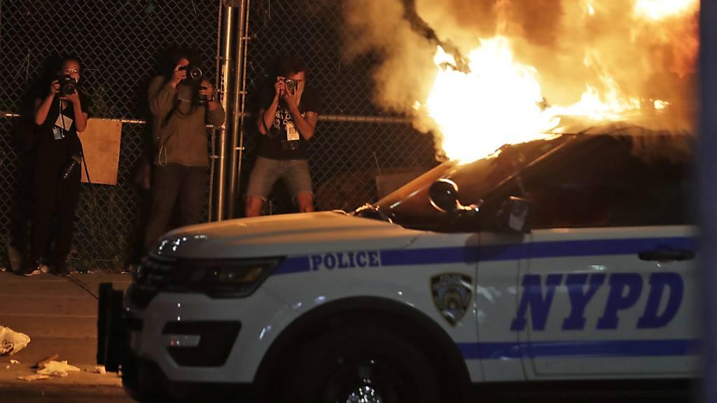 Gewalt eskaliert zunehmends: Polizeiauto fuhr in Menschenmenge