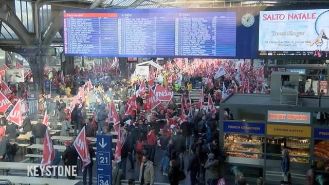 Bauarbeiter demonstrieren im Zürcher Hauptbahnhof