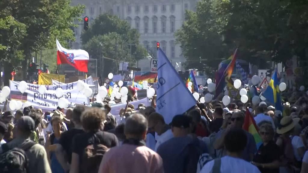 Etwa 15'000 Menschen demonstrieren in Berlin gegen Corona-Auflagen