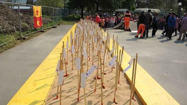 Kindergärtner machen den ersten Spatenstich für den Neubau Kindergarten Zentrum