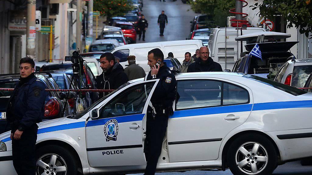 Polizisten sichern die Strasse ab, als Spezialeinheiten die mutmassliche Terroristin festnehmen.