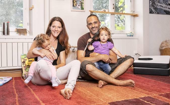 Martin Zweifel und Rebekka Loosli mit ihren Töchtern Lia und Ava.
