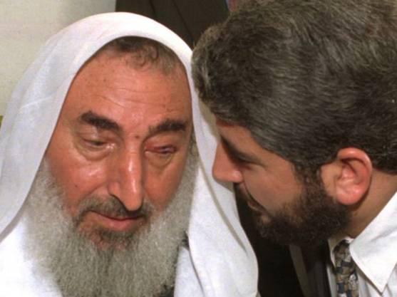 Nach dem Anschlag: Maschal (r.) mit dem aus israelischer Haft freigelassenen Scheich Jassin im Oktober 1997.