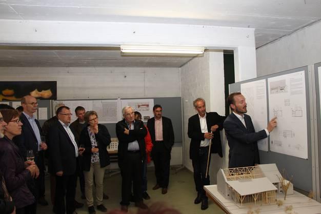 Dorfschüür Heiko Dobler und Daniel Zehnder (von rechts) erklären das Siegerprojekt