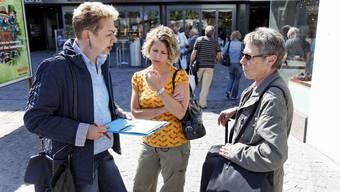 Die SP Aargau kauft keine Unterschriften. Im Bild: Barbara Roth (links) sammelt 2009 in Aarau Unterschriften. (Archivbild)