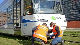 Opfikon (ZH): Glattalbahn erfasst drei Fussgänger. Ein Mann wurde schwer verletzt.