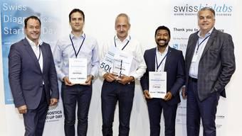 Das Bild zeigt von links Dirk Schneider, Präsident Förderverein swissbiolabs, Sasa Cukovic, Scoliomedis (3.); Peter Ruff, Cardioexplorer (1.); Prajwal Prajwal, Clemedi (2.) und Derek Brandt, CEO Sensile Medical.
