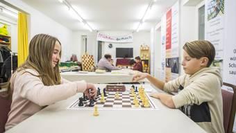 Polina Fellmann und Dario Hofer messen sich bei einer Blitzpartie Schach.
