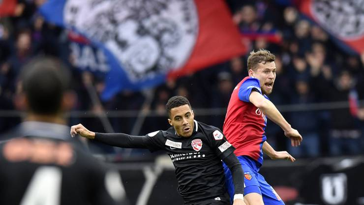 Basels Aushilfs-Innenverteidiger Fabian Frei steigt höher als sein Gegenspieler Marvin Spielmann