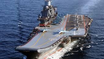 """Die """"Admiral Kusnezow"""": Bei einem Grossbrand auf dem russischen Flugzeugträger ist ein Soldat ums Leben gekommen, mindestens zehn weitere menschen wurden verletzt. (Archiv)"""