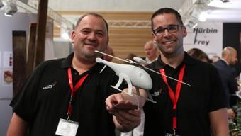 An der Möhliner Gewerbeschau (Möga) sind 100 Aussteller vertreten. Unter anderem auch Niko Wern (l.) und Valentin Salzgeber von der Firma UMS Skeldar, die Drohnen entwickelt. Dennis Kalt