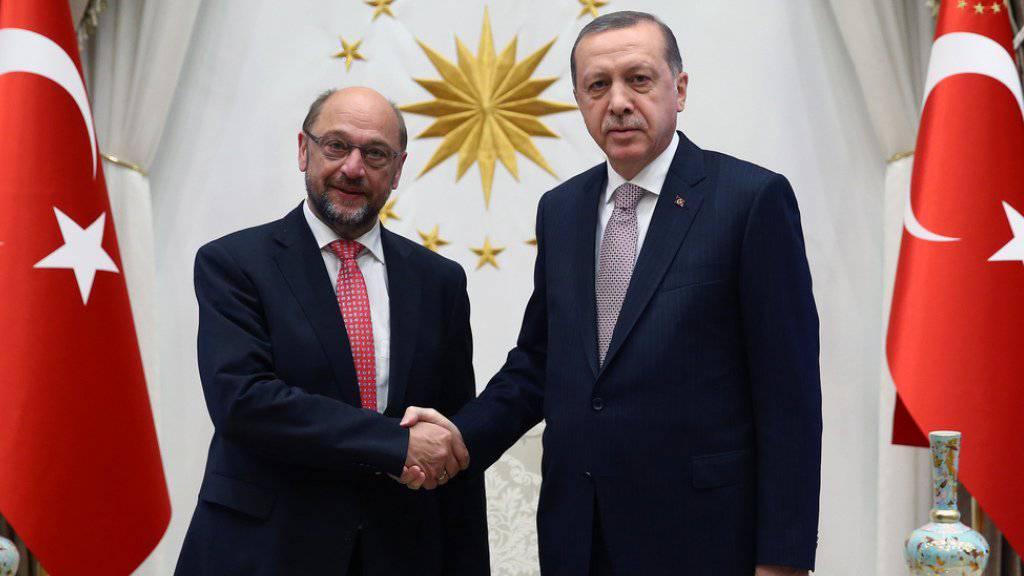 Recep Tayyip Erdogan und Martin Schulz zu Beginn ihres Treffens am Donnerstag in Ankara.