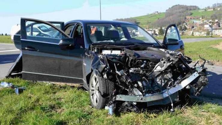 Der 55-jährige Traktorfahrer und der 40-jährige Autolenker wurden schwer verletzt und mussten mit der Rega und der Ambulanz ins Spital gebracht werden.