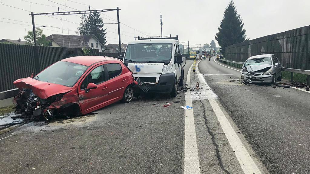 Auf der Autostrasse A6 bei Aegerten BE kollidierten drei Fahrzeuge.
