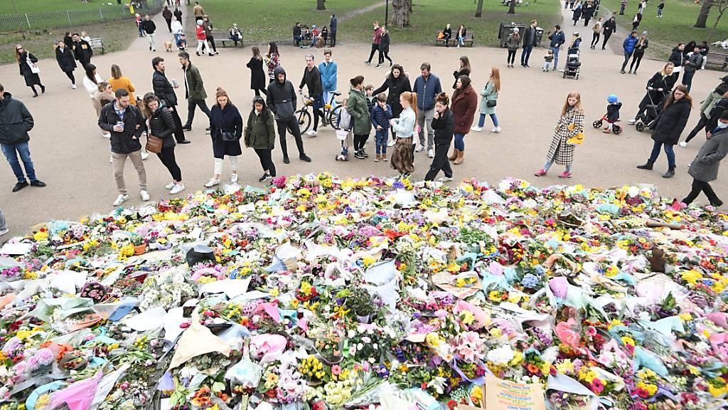 ARCHIV - Ganz Großbritannien trauerte Anfang März um die ermordete Londonerin Sarah Everard. Jetzt hat sich vor Gericht ein Polizist des Gewaltverbrechens schuldig bekannt. Foto: Victoria Jones/PA Wire/dpa