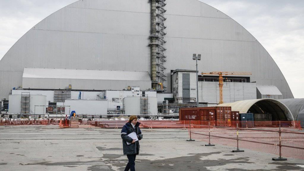 Die riesige Schutzhülle über dem 1986 explodierten Reaktor des Atomkraftwerks Tschernobyl soll hundert Jahre halten und Tornados standhalten. (Archivbild)