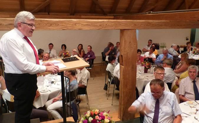 Finanz- und Landwirtschaftsdirektor Roland Brogli vor den Staatswein-Gästen auf Schloss Liebegg.