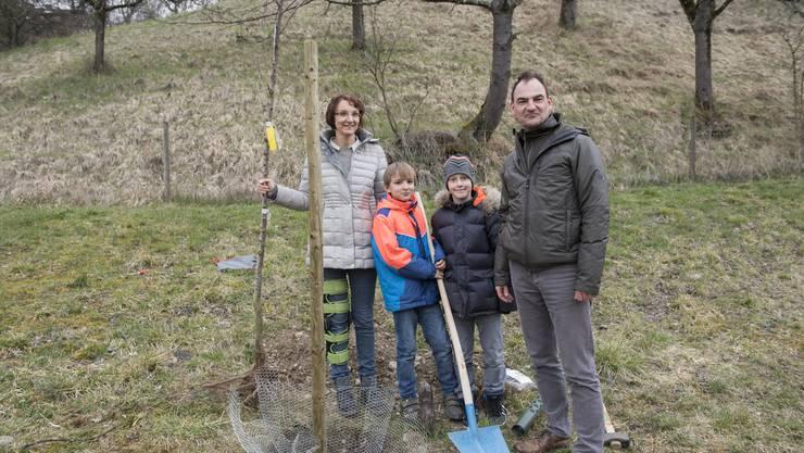 Die Familie Rothfuchs pflanzte ihren Baum. Die Paten zahlten je 200 Franken für einen Zwetschgenbaum, um den sie sich auch weiterhin kümmern werden.