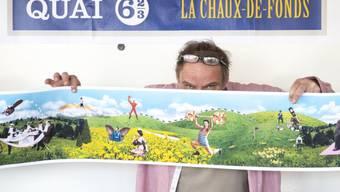 Jacques Froidevaux vom Künstlerkollektiv Plonk & Replonk posiert mit dem Entwurf eines Monumentalgemäldes, das in La Chaux-de-Fonds installiert werden soll. Anlass ist die 2009 erfolgte Aufnahme der Stadt in die Liste der UNESCO-Welterbestätten 2009.